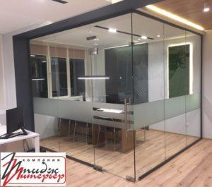 Офис со стеклянными стенами фото