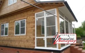 Остекление веранды деревянного дома окнами ПВХ.