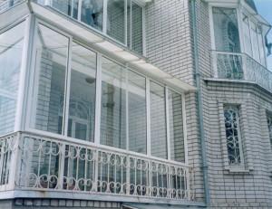 Панорамное остекление балкона раздвижными алюминиевыми окнами.