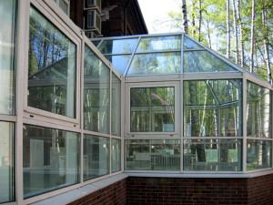 Фасадное остекление здания с распашными окнами
