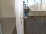 Дверь алюминиевая с нажимным гарнитуром