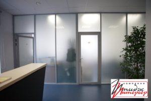 Перегородка с матовым стеклом в офисе