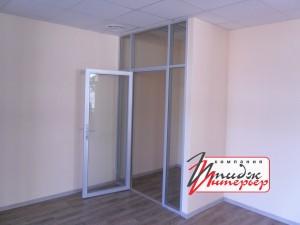 Алюминиевая дверь в офисе