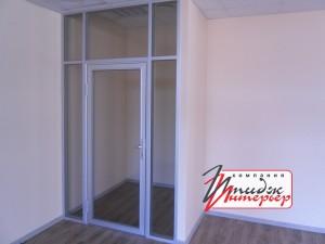 Закрытая алюминиевая дверь в офисе