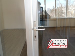 Алюминиевая дверь крупным планом