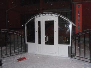 Входная пластиковая дверь в офис