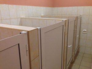 Кабины в общественных туалетах с дверьми