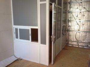 Перегородка с раздвижными окнами для работы с клиентами