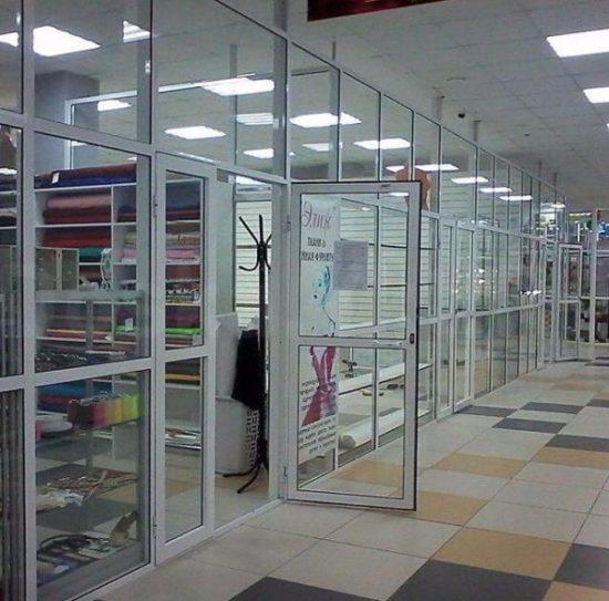 Стеклянные торговые перегородки с дверьми