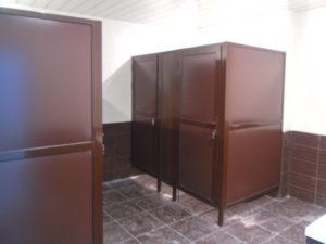 Кабины сантехнические окрашенные коричневые