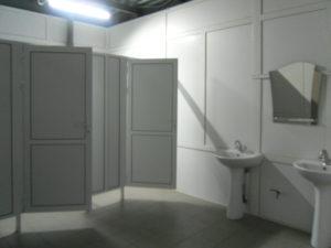 Оборудование мест общественного пользования туалетов перегородками и дверьми.