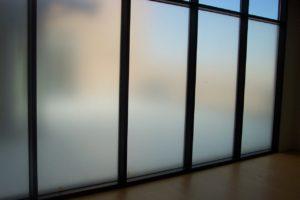 Алюминиевая перегородка цвет Муар с матовым стеклом