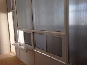 Перегородка с раздвижными окнами для работы с посетителями