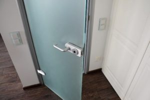 Дверь стеклянная с нажимной ручкой