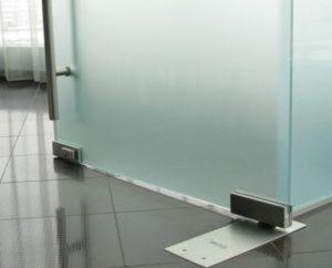 Дверь маятниковая из закалённого стекла с доводчиком
