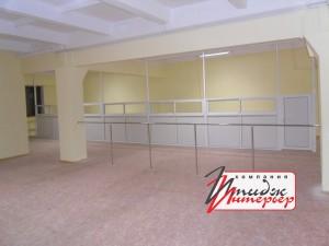 Офисы отгороженные пластиковыми перегородками с раздвижными окнами для приёма посетителей.