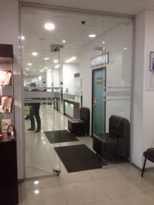 Фото стеклянной перегородки в магазине
