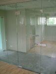 Двери стеклянные с нажимным гарнитуром