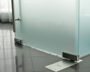 Дверь маятниковая стеклянная с доводчиком