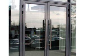 алюминиевые двери маятниковые