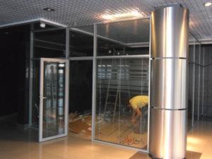Перегородка со стеклянными дверьми
