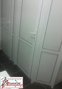 Кабинки с дверьми в туалете фото