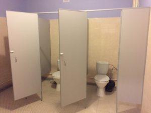 Туалетные перегородки для школы фото