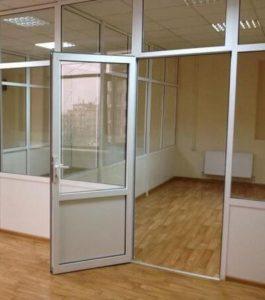Офисная перегородка с дверь. фото