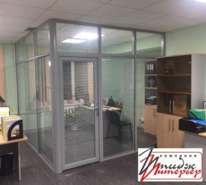 Офисная перегородка прозрачная со стеклом.