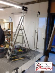 Стеклянные двери в офис фото
