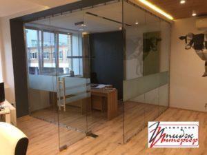 Стены в кабинете из стекла